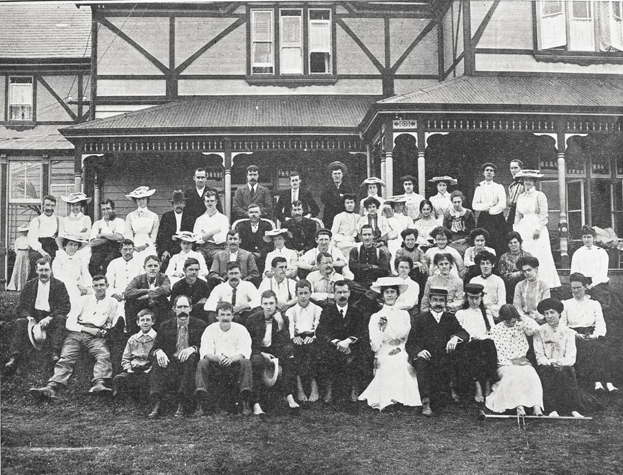 Staff and patients at Te Waikato Tuberculosis Sanitorium