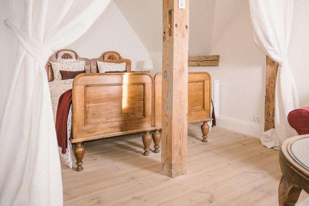 łóżko romantycznego apartamentu weichselkirschen w pałacu osowa sien