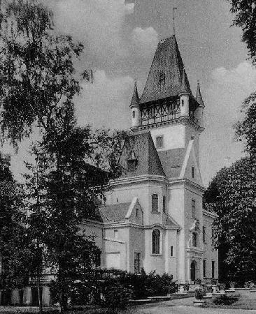 historyczne zdjęcie z boku głównego wejścia do pałacu Osowa Sien w latach 30. XX wieku