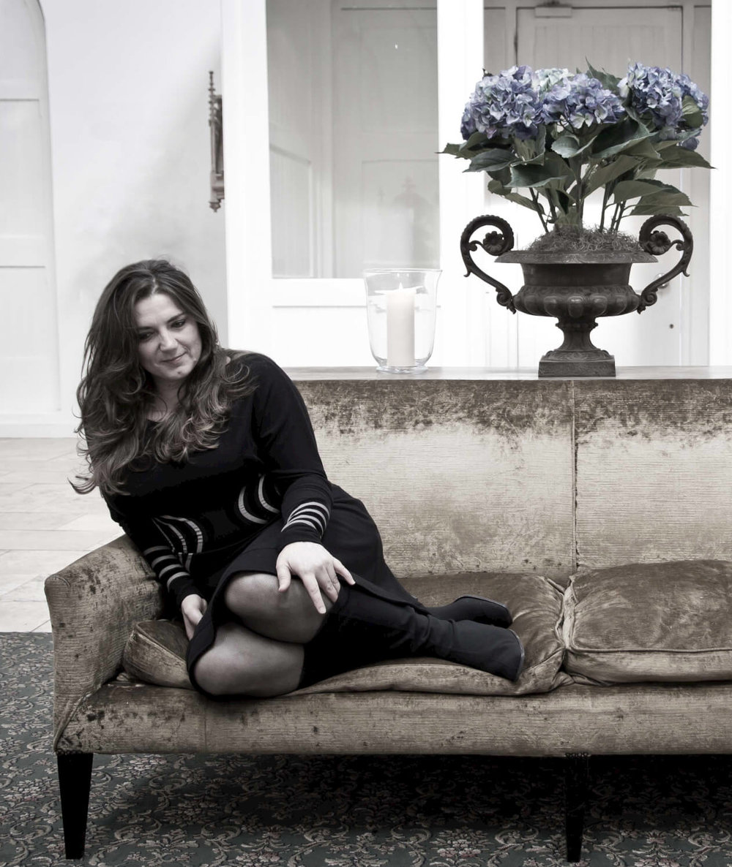 sara-colman-jazz-singer-vocalist-british-uk-female-live-music-sitting-on-regal-sofa.jpg