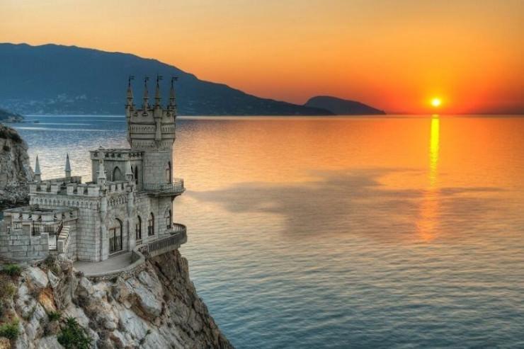 The Swallow's Nest, Yalta, Ukraine.jpg