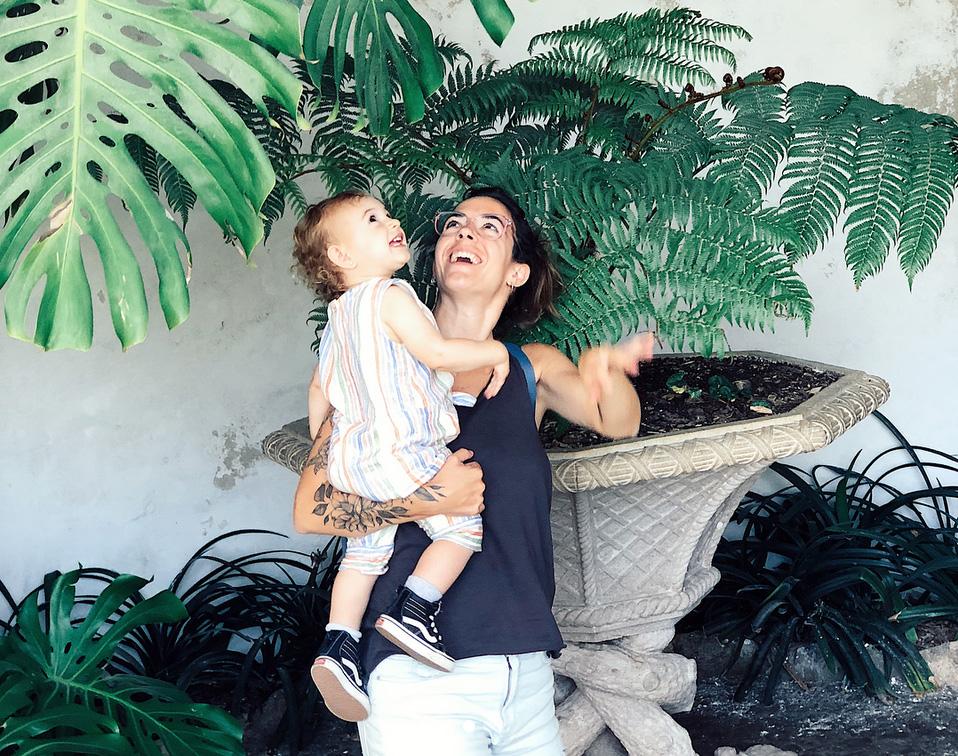 Agustina es comunicadora, especialista en Marketing Digital. Argentina viviendo en Barcelona, comprometida con las terapias alternativas, y la crianza natural. Aficionada al mundo del diseño y la decoración. Amante de los viajes y las plantas.