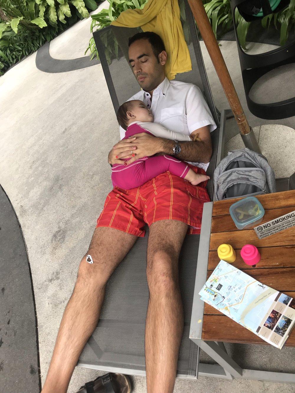 Ella och hennes pappa tar en tupplur. Nova och hennes mamma lägger bajs på pappas ben.