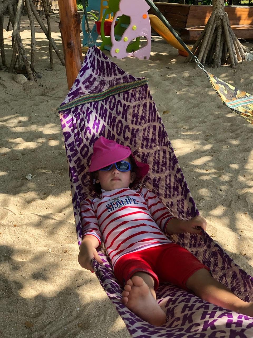 Hur vi tänkte det med Thaimouten. Nova chillar i hängmattan med oss bredvid och slumrar till lite.