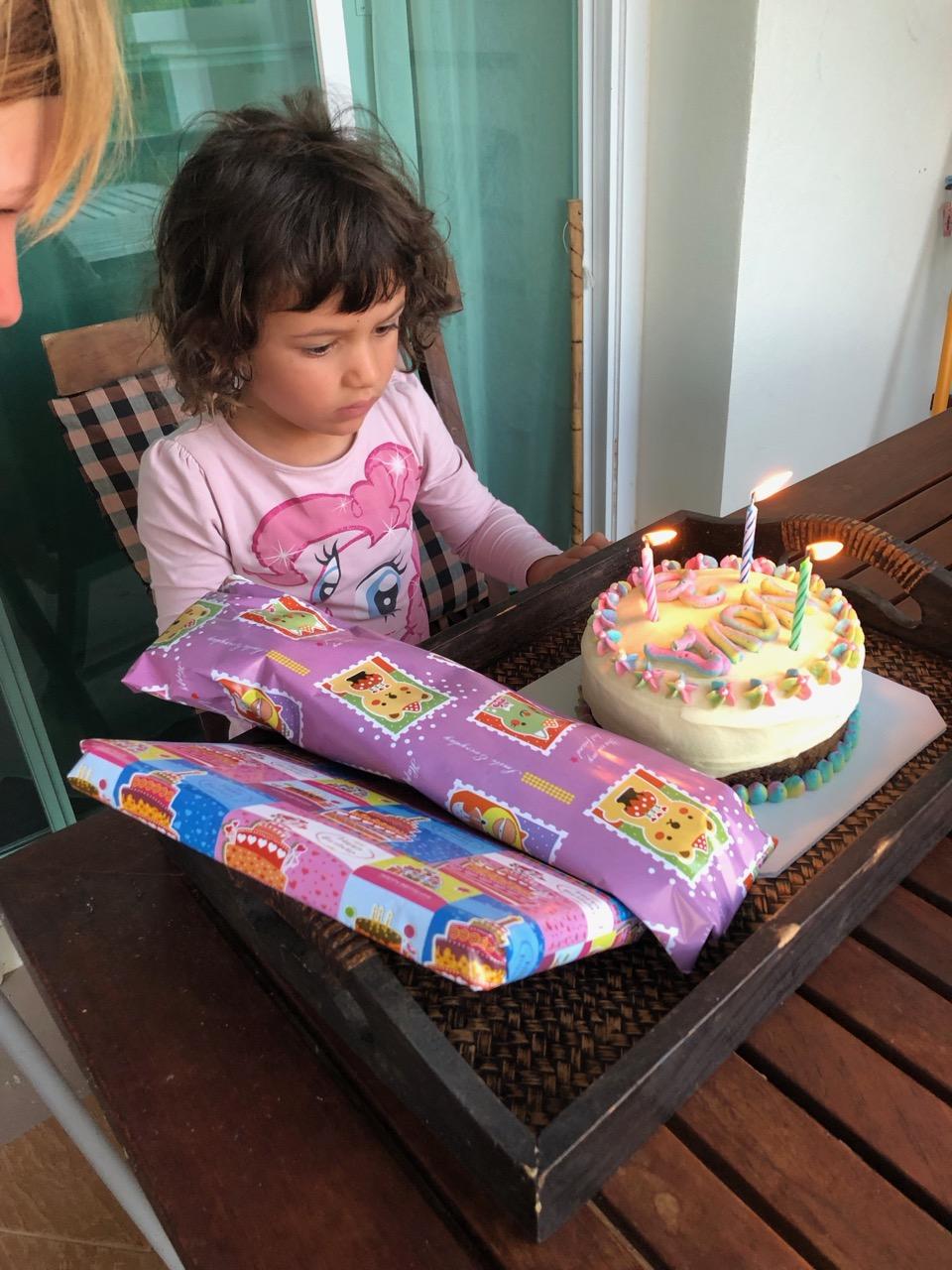 Novas födelsedag med tårta till frukost. Sofia gick loss ordentligt så tårtan kostade mer än de flesta av våra middagar….