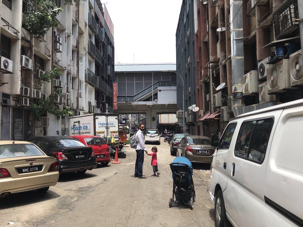 En av Kuala Lumpurs mindre charmiga gator, men vi tar ju oss gärna utanför turiststråken så då är det vad som hittas.