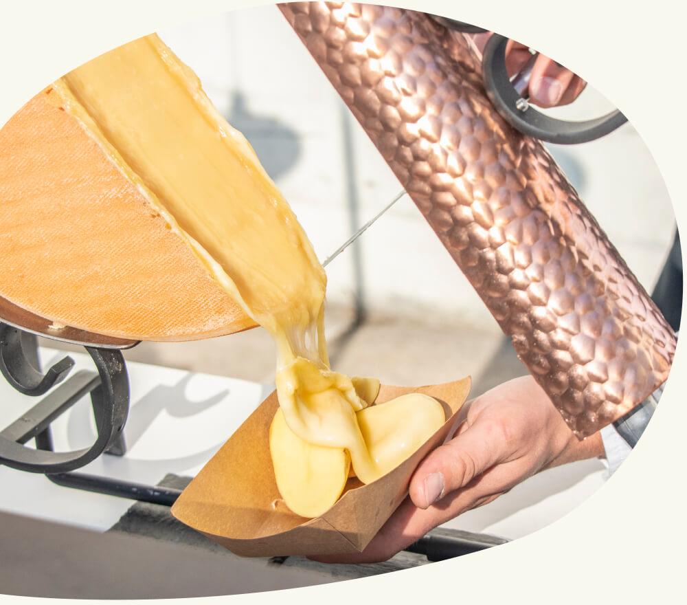 La traditionelle Raclette - Nos assiettes individuelles viennent réchauffer vos événements avec une nouvelle déclinaison hivernale.Un moment convivial où vous pourrez profiter de bons produits du terroir préparés sous vos yeux. Deux demi-lunes de raclette associées à un jambon servi à la découpe et à de bonnes pommes de terre fondantes.
