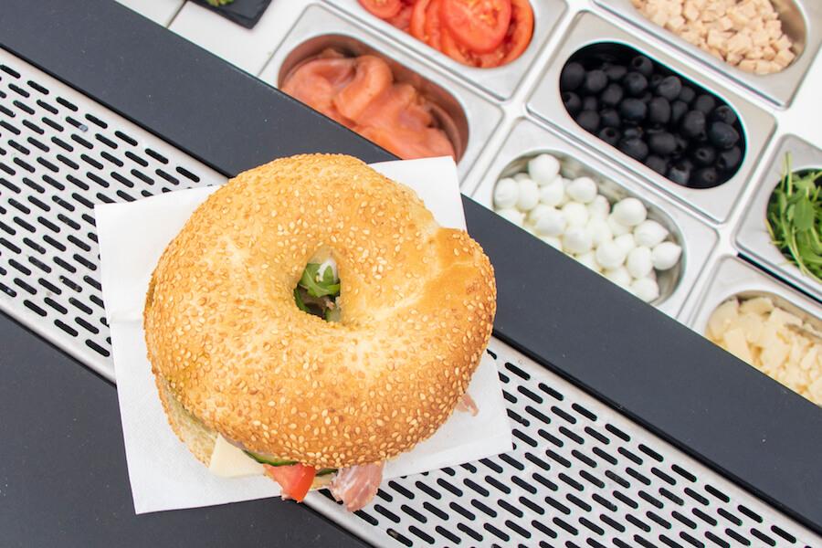 Le bagel New-Yorkais à la perfection - Préparés devant vos convives avec des produits frais, nos bagels s'inspirent de l'iconique sandwich New-Yorkais en forme d'anneau.