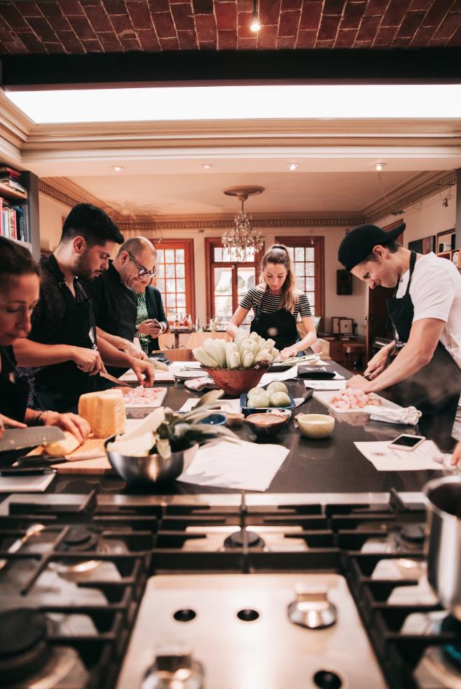 Más HOT que HAUTE - Todo lo que vas a preparar en Casa Jacaranda es delicioso, fresco, delicado. Pero no se trata de hacer alarde, o de competir ni de practicar ninguna ciencia molecular. Aquí el enfoque es la comida mexicana auténtica y esas es su sofisticación. El sello distintivo de la casa, el sazón. Es un verdadero lujo, expresado en lo intangible de la comida, los amigos y la vida misma.