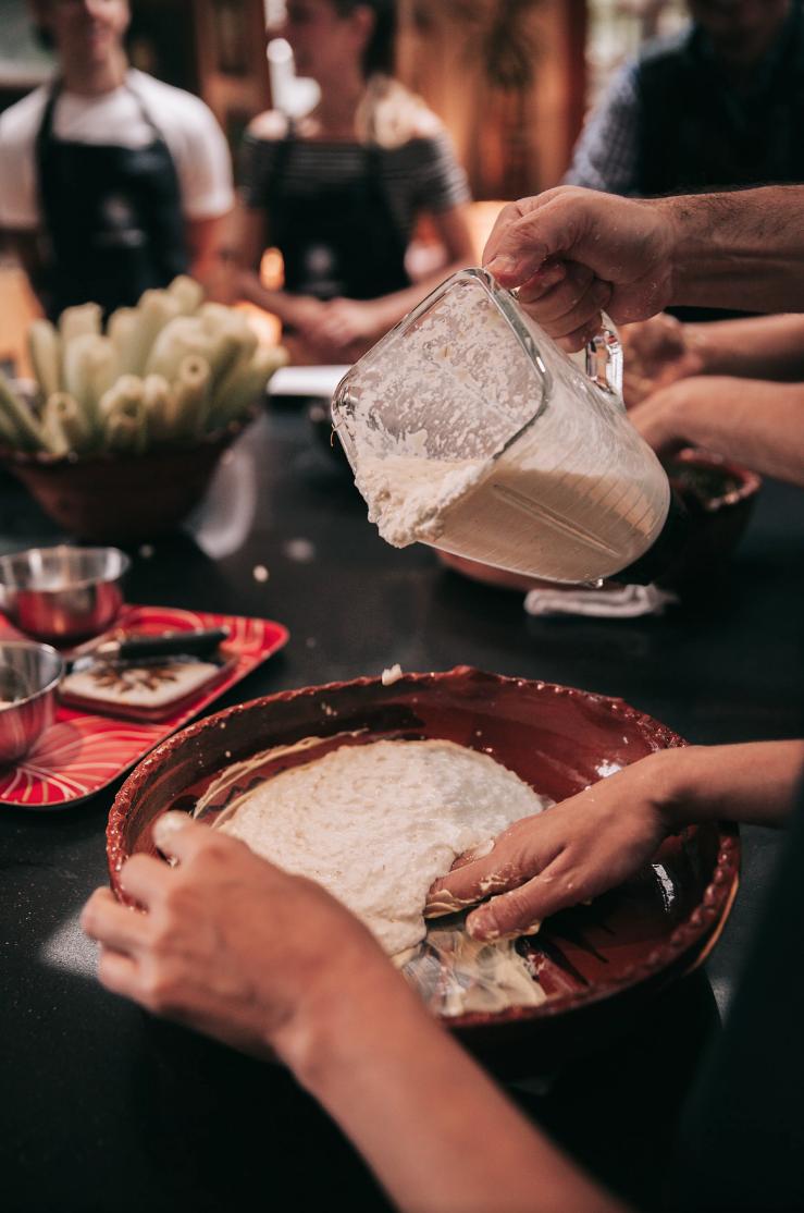 Amamos cocinar a la mexicana - Preparar cocina mexicana en Casa Jacaranda es cosa seria, pero divertido a la vez. Hay un profundo respeto por el placer de cocinar a la mexicana, y es el centro en nuestras clases. Nuestros invitados aprenden recetas y técnicas milenarias de una gastronomía auténtica y verdadera. Con Beto y Jorge, la comida es lo primero, preparada desde cero y de manera tradicional. Precisamente la razón por la que te va encantar cocinar a la mexicana.