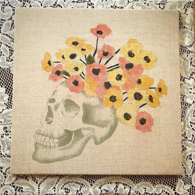 💀 m e m e n t o . m o r i 💀 // fiber reactive dyes + hand embroidery + linen ✧ ✧ ✧ #embroidery #embroideryart #fiberartist #embroideryartist #artistsoninstagram #handembroidered #fiberart #stitchwitch #skulls #mementomori #poppies #skullartwork