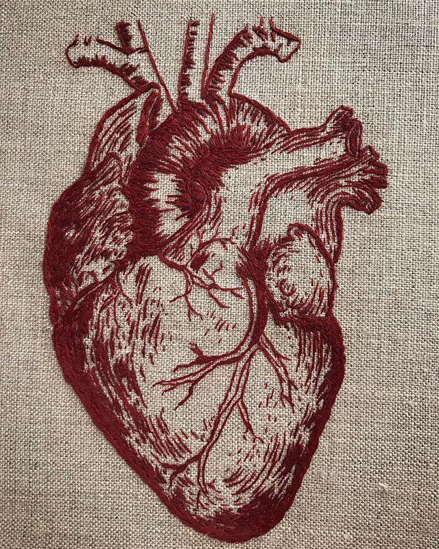 ✧✦ ☞ #handembroidery on linen ☜ ✦✧ #embroidery #embroideryart #fiberartist #embroideryartist #artistsoninstagram #handembroidered #fiberart #anatomicalheart #anatomydrawing
