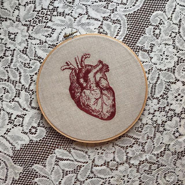 b l e e d i n g . h e a r t 🖤 // hand embroidery + linen ✧ #embroidery #embroideryart #fiberartist #embroideryartist #artistsoninstagram #handembroidered #fiberart #stitchwitch #anatomicalheart #anatomydrawing #anatomicalart