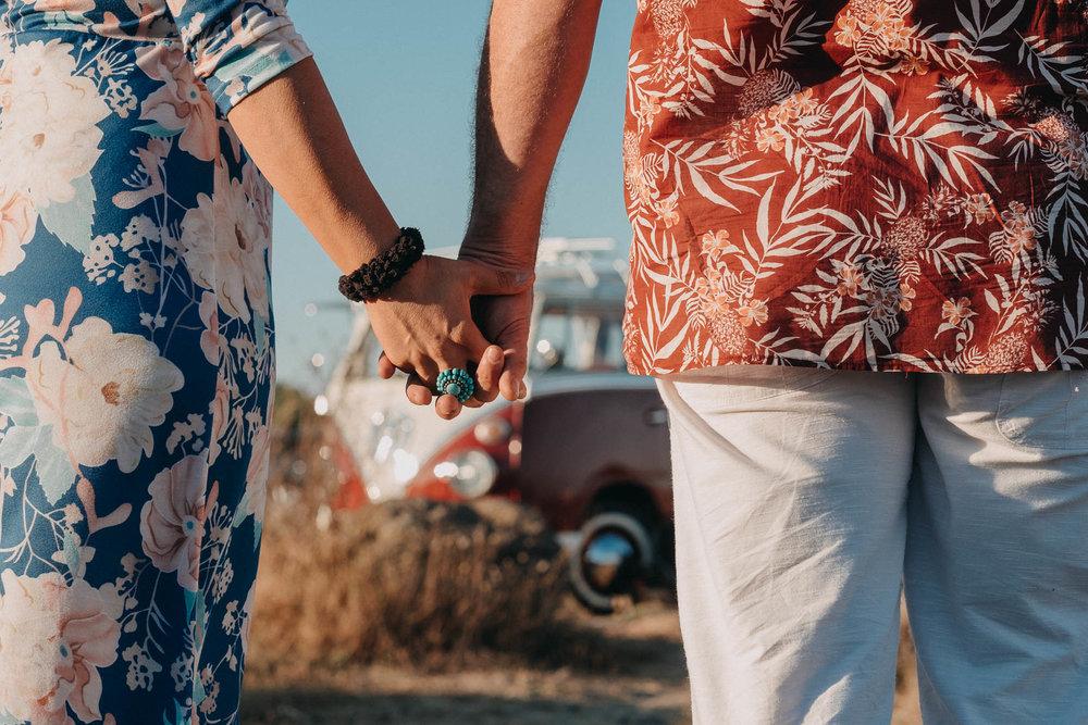 Rhadia & Simon - Une séance engagement à la plage en combi vw