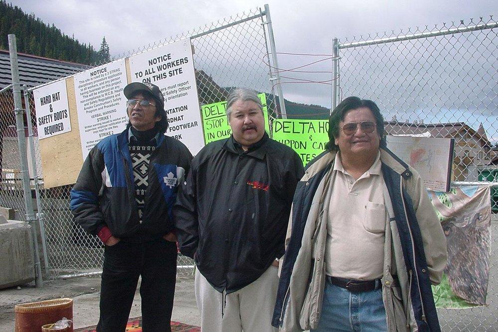 Russell Diabo (au centre) avec Arthur manuel (à droite) en 2001 protestant sur l'agrandissement de Sun Peaks Resort en Colombie-Britannique.