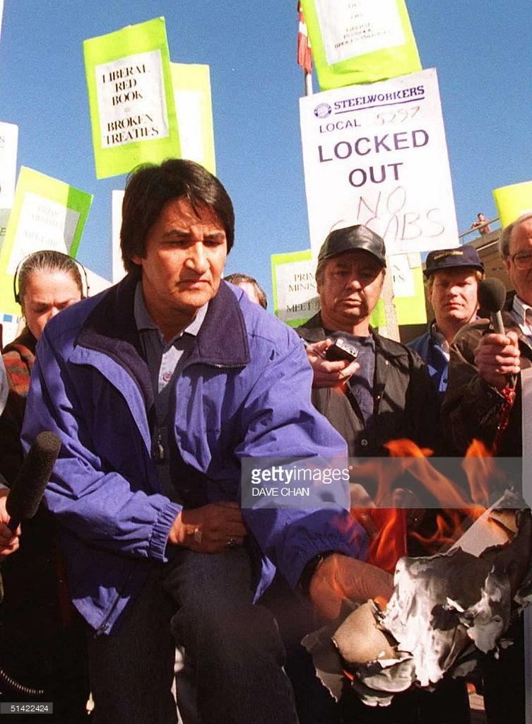 - 1996: le Chef Ovide Mercredi de l'Assemblée des Premières Nations brûle une copie du Livre rouge libéral, un livre de promesses faites par le Parti libéral au pouvoir pendant l'élection fédérale de 1993, pour protester contre les promesses brisées du gouvernement, en marge de la Convention du Parti libéral à Ottawa. Photo : AFP Dave Chan