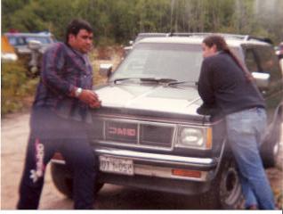 """Russell Diabo (expert-conseil pour ABL) et le Chef des Algonquins de Barriere Lake, Jean-Maurice Matchewan, qui discutent lors du blocus sur les coupes forestières en 1989."""""""