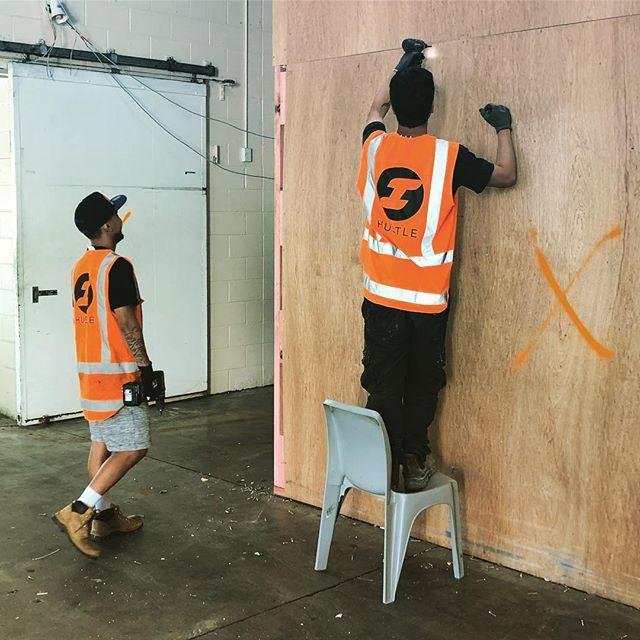 Fresh demolition Monday's! Jordan and Chakri getting into it. This could be you. Call 021 024 45203 today! ⛏⛏⛏ #sitesafety #hustlenewzealand #hustle #mondays #freshdemo #demolition #demolitionderby #teamwork #teamorange