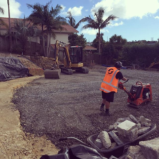 Proud to support @thediggercollective on a stunning Wednesday! Cheers Armstrong for the compaction.  #sitesafety #healthandsafety #teamorange #hustlenewzealand #hustle #compaction #compactor #thediggercollective #sunnydays #wednesdaymotivation #sitecut