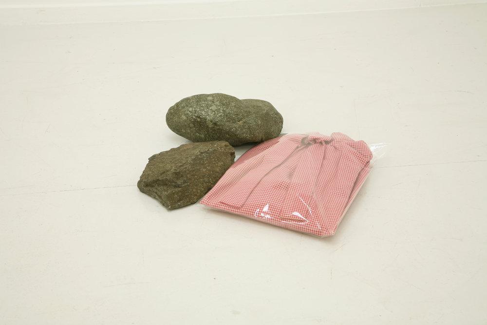 Eri Takayanagi,  Clothes and Stones , 2011, Vêtements, sacs plastiques, pierres, 10.5 x 42 x 39.5 cm. Courtoisie : l'artiste et Talion Gallery