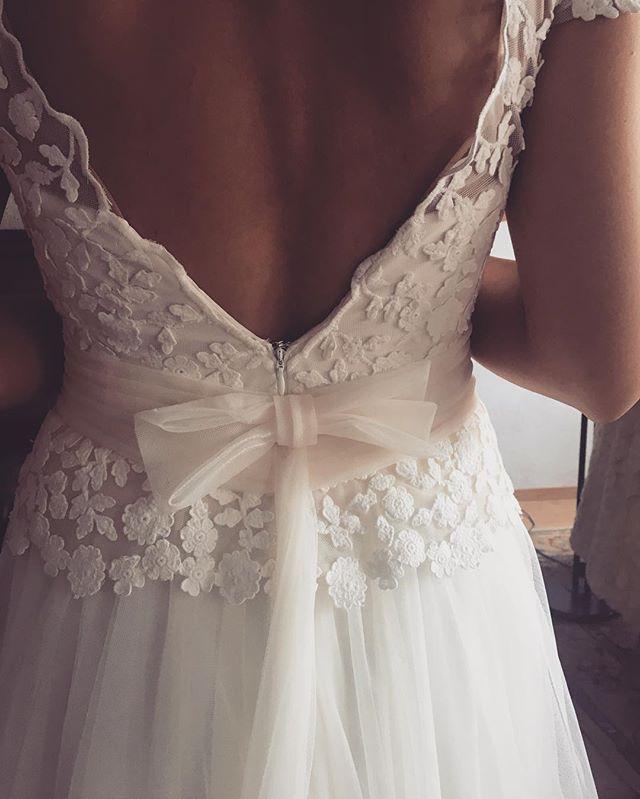 Menudo puente. Ya estamos de nuevo esta semana a tope. Entre ventanas nuevas y talleres no paramos. Os dejo con esta preciosa espalda de S con su vestido de @mariasalasnovias FELIZ LUNES! #madrid #bodas2017 #bridalmakeup #bridalhair #bride #bridaldress #bow #lace #bodasmadrid