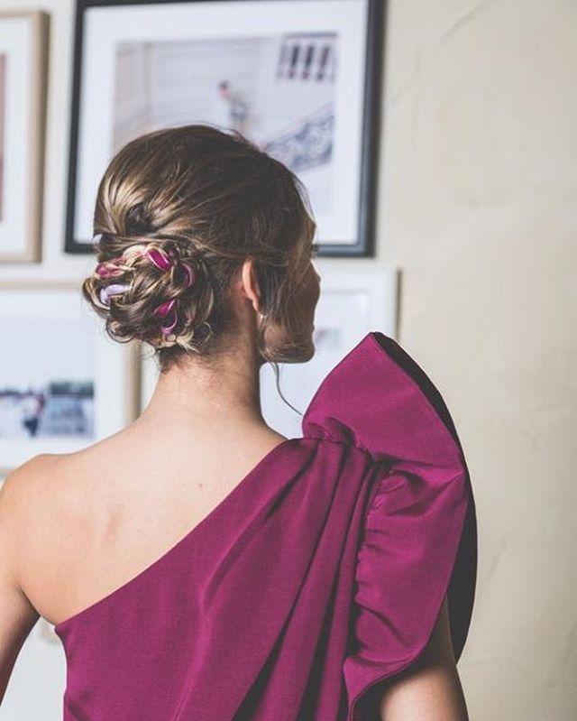 Para invitadas, recogido con terciopelo para la preciosa Carmen de @bridalada MUAH: @lauraoceania para @oui_novias y el fotón es del equipazo de @elenabau_fotografia tenéis más en su blog! #bridalmakeup #bridalhair #braids #velvet #elenabaufotografia #ouinovias #madrid #spain #makeupartist #lauraoceania #invitadaslauraoceania