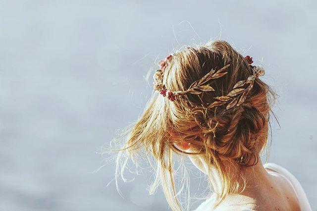 """Recogido desenfadado para una novia atrevida. La maravilla y obra de arte que lleva sobre la cabeza es """"Tamarindo"""" de @rebulldesign de su colección más reciente, """"Especias"""". Maquillaje y peinado @lauraoceania para @oui_novias. Fotografía @emesval. Dirección artística  @melania68 Modelo @aran_ese #bridalhair #bridalmakeup #novias2018 #updo #rebulldesign #lauraoceania #noviaslauraoceania"""