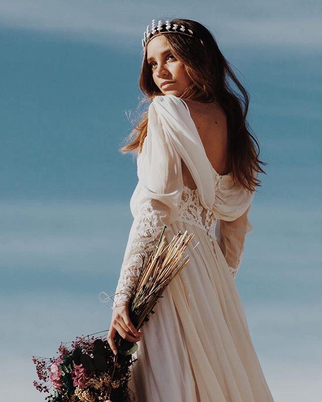 La novia Afrodita. Preciosa corona Cassia de @rebulldesign y maravilloso vestido de @miguelcrespinovias . Fotografía de @emesval y dirección de @melania68 con la musa @aran_ese .  Trabajo realizado por @lauraoceania para @oui_novias #bridal #lauraoceania #bride #novias