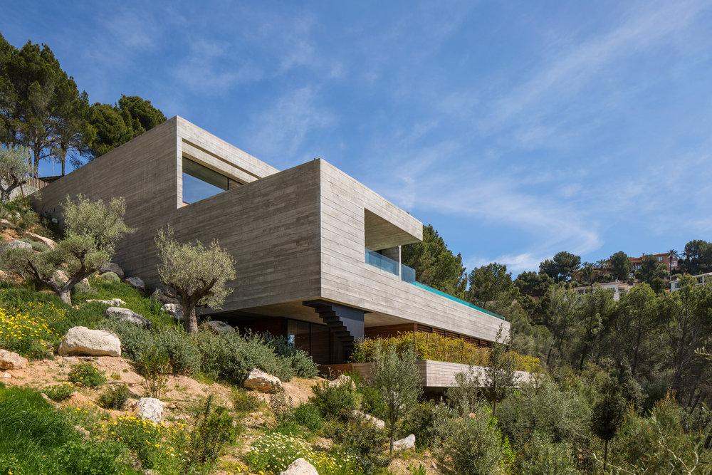 Que tal construir uma casa encravada na montanha?  Projeto: Villa Boscana -OLARQ Osvaldo Luppi Architects; Imagem: Mauricio Fuertes;