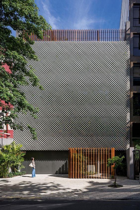 Possibilidade de usar um grid ou tela metálica para revestir a fachada existente.