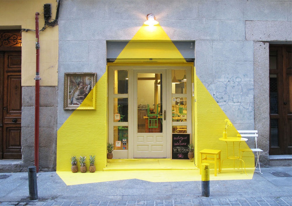 Neste caso a pintura remeteu o desenho da iluminação e o uso de uma cor forte destacou ainda mais o local. Fonte: https://design-milk.com/restaurant-facade-projected-beam-light/?utm_source=feedburner&utm_campaign=Feed%3A+design-milk+%28Design+Milk%29