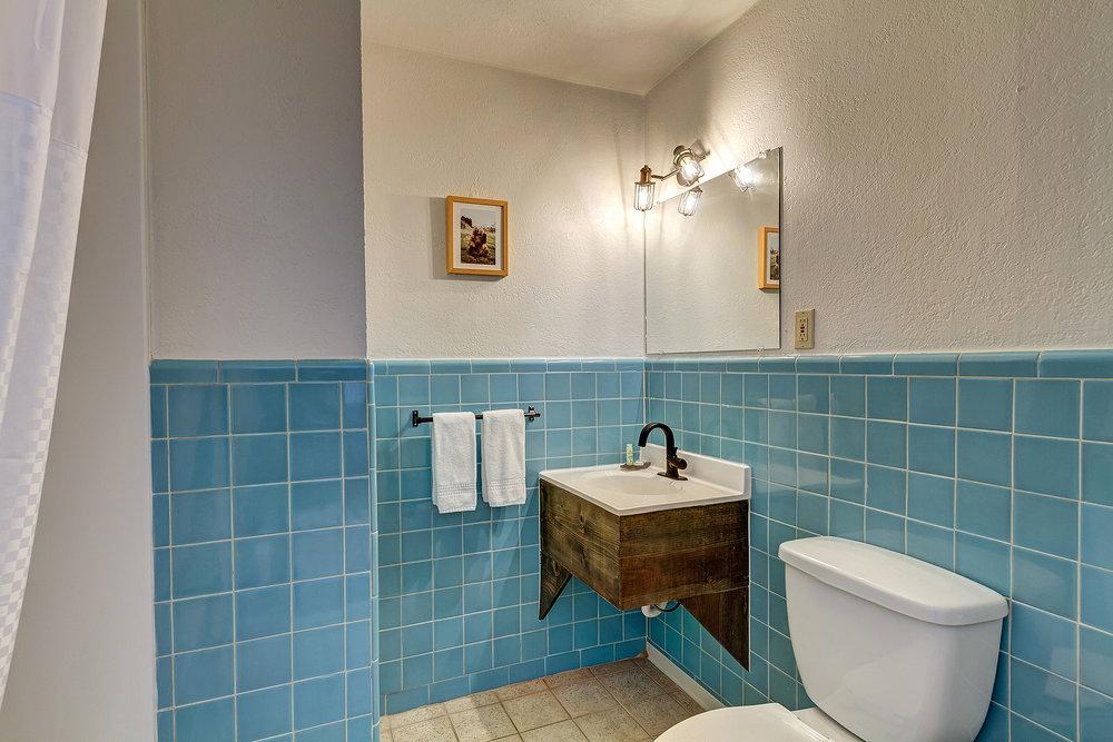 Meadow King bathroom.jpg