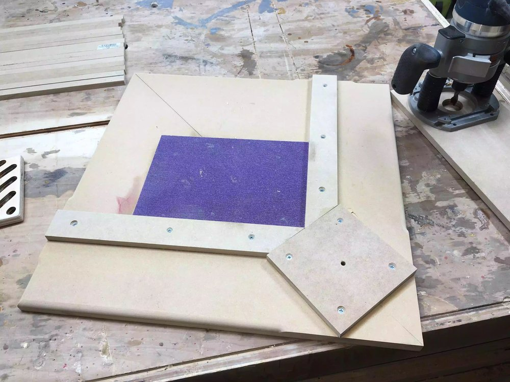 Here is the completed jig, its basically a base that has 2 fences that form a 90° corner where the trivet gets positioned, and held in place with the fences.