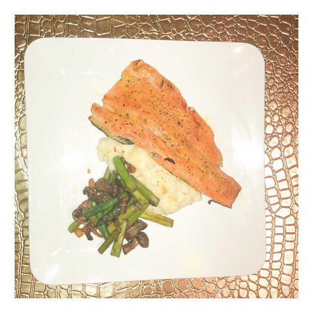 Lemon pepper Rainbow Trout with cheddar mashed potatoes per hubby's request ( mashed potatoes are his favorite) and a asparagus, portobello mushroom medley! Happy Sunday you guys! • •  #blogger #traveler #travelbossbabe #thatsdarling #adventureinspired #dallasinfluencer #darling #magical #dreamy #food #foodblogger #magical #darlingdaily #travel #culture #cultura #instafashion #instafood #instatravel #happy #vegetarian #pescetarian #love #dfwinfluencer #dallas
