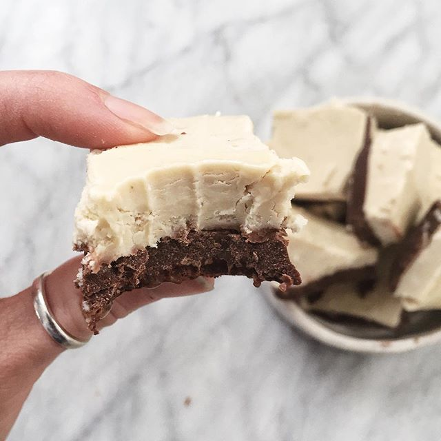 RAW COLLAGEN + CACAO BITES | 🌚  Ingredients:  White chocolate: 1 cup @giddyyoyo cacao butter 1/2 cup @central_roast soaked cashews 1/3 rice malt syrup or maple syrup  1/2 - 1 tsp @giddyyoyo vanilla  1 tbsp water  Chocolate: 1 cup @nutiva coconut oil 3/4 cup @sunpotion cacao powder 2 tbsp maple syrup  1 scoop @vitalproteins collagen (can add cacao nibs to make it crunchy- would def recommend 👼🏼) Method:  Mix cacao powder, oil and maple syrup together. Pour in a bowl, and refrigerate.  Drained soaked cashews and add them into a blender with all white chocolate ingredients, excluding cacao butter. Blend until smooth.  Melt the cacao butter as directed on the package.  Once cooled, add cacao butter to the blender and mix with cashew mixture.  Add the white chocolate mixture to the top of the chocolate mix in the fridge. Refrigerate for at least 30 mins, and then store in the freezer.  These are an amazing healthy snack to have throughout the week! If you'd prefer less sugar, add less maple syrup. If you'd like it sweet add more- this will not ruin the portions.  I hope you love these! Tag me in your creations if you make these! I love seeing your guys' twists on the recipes! 🌛🌜#mealprep