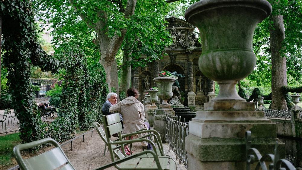 Ladies in discussion at the Fontaine De Marie De Médicis