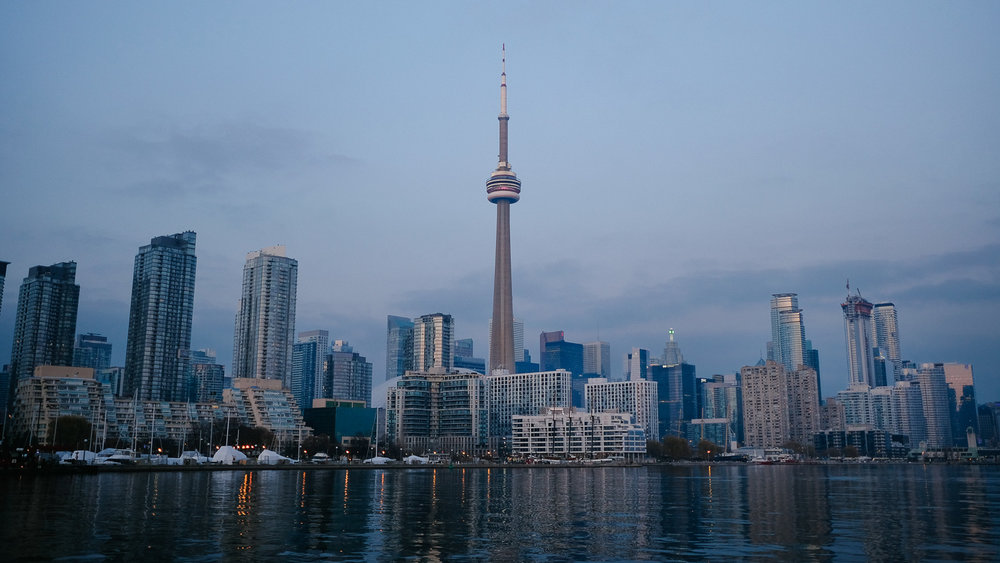 Explore the city of Toronto like a local with this travel guide. After spending 7 years in Toronto I compiled an itinerary with highlights and my favourite restaurants. #toronto #localexperience #travelguide #canada