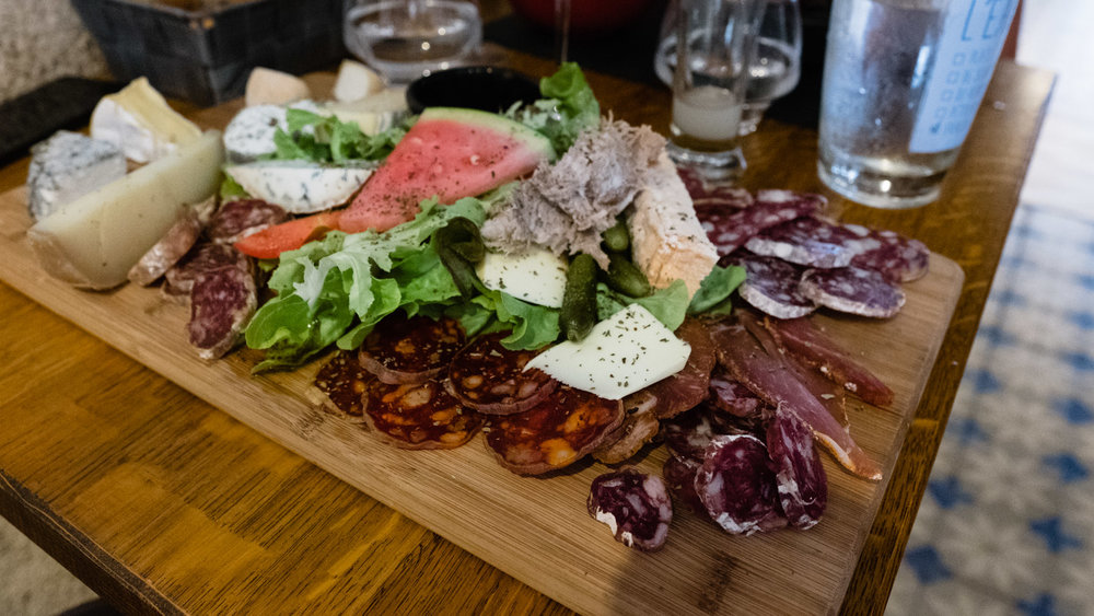 A Planche Dorée  (charcuterie and cheese board)   at     Le Cul Doré   in Montrichard (open Tuesday to Sunday 11:45-14:30 and 18:45-22:00)