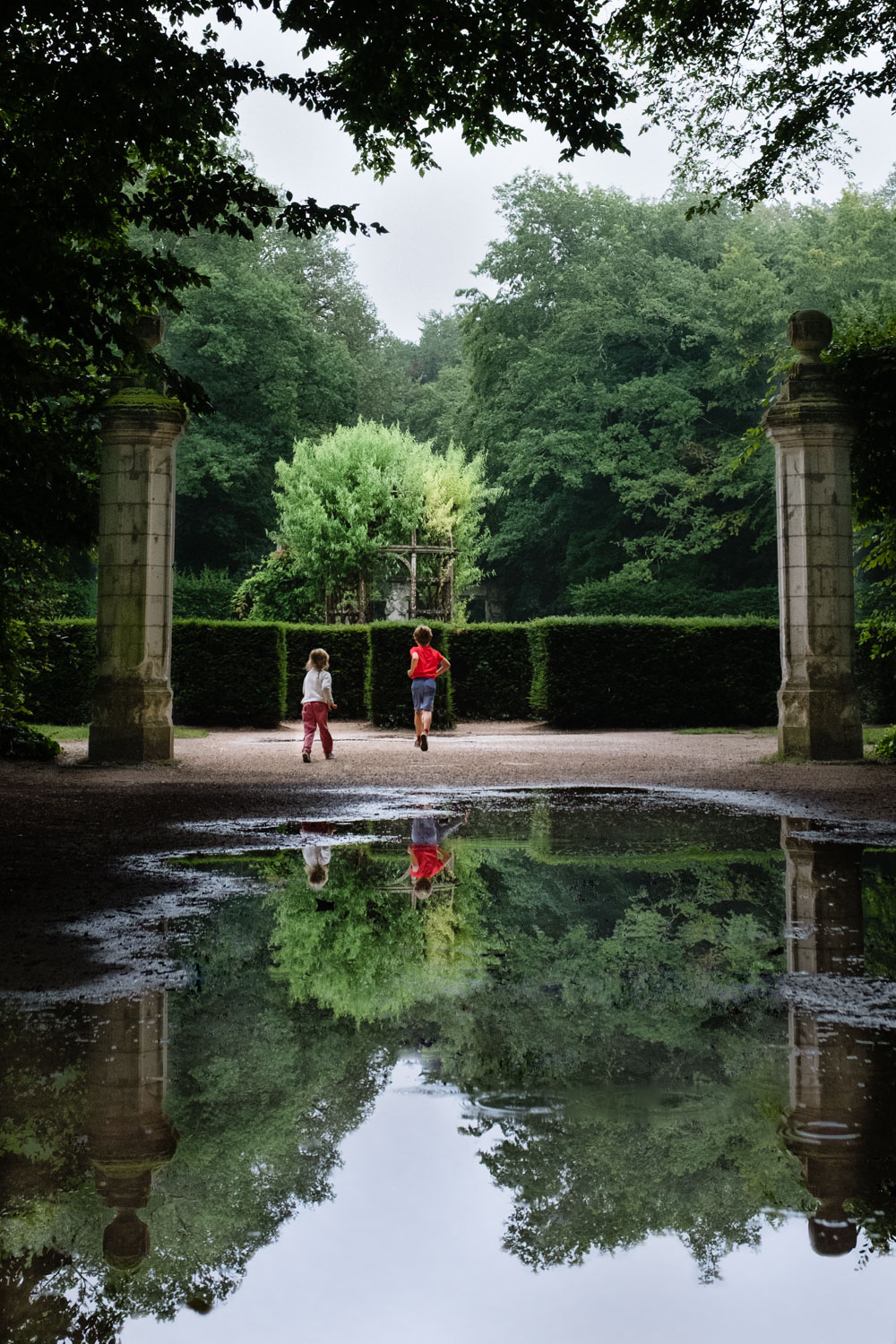 Kids playing in the garden of Chenonceau
