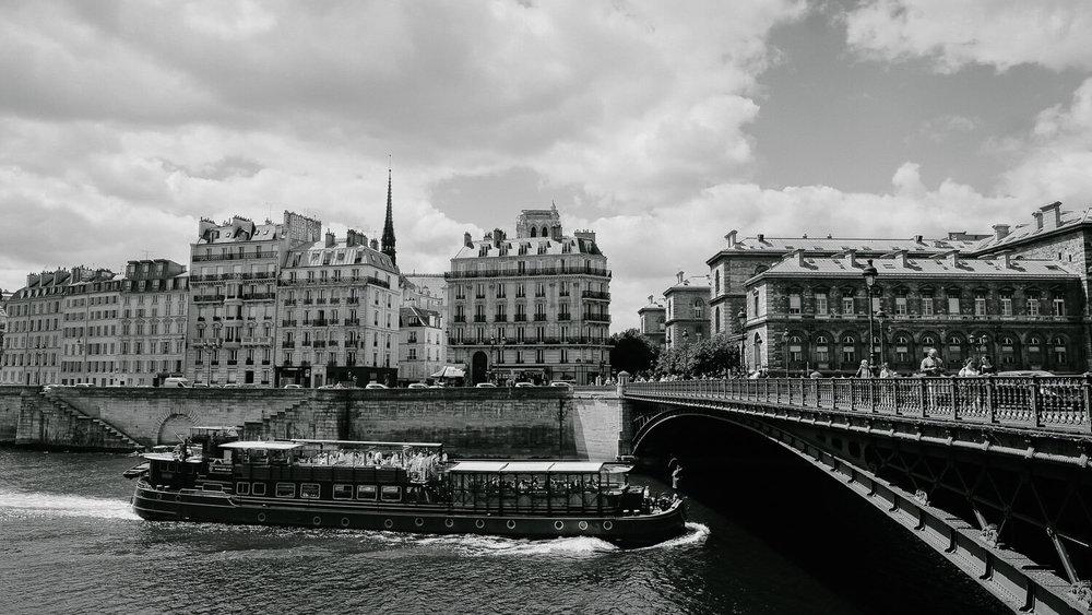 A boat in the Seine River