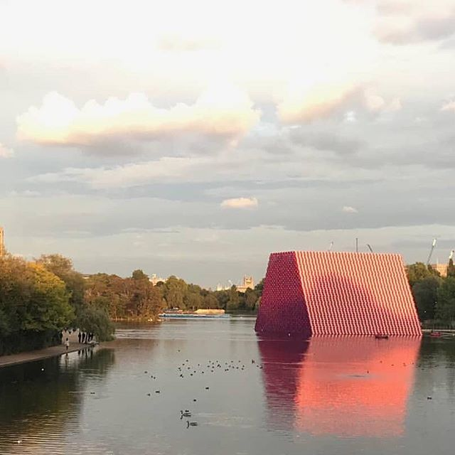 The London Mastaba at Serpentine Lake. Autumn ignighted by  @christojeanneclaude  7,000 floating oil drums 🔝🗿