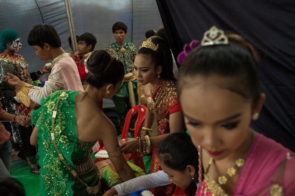 July 25, 2013 - Phnom Penh. Youth actors and Apsara dancers prepare for an event organized by the ruling party at Wat Bopum Park. © Thomas Cristofoletti / Ruom