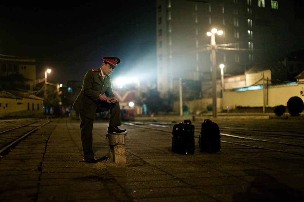 February 05, 2011 - Hanoi (Vietnam). An army officer waits the train at Hanoi station. © Thomas Cristofoletti / Ruom