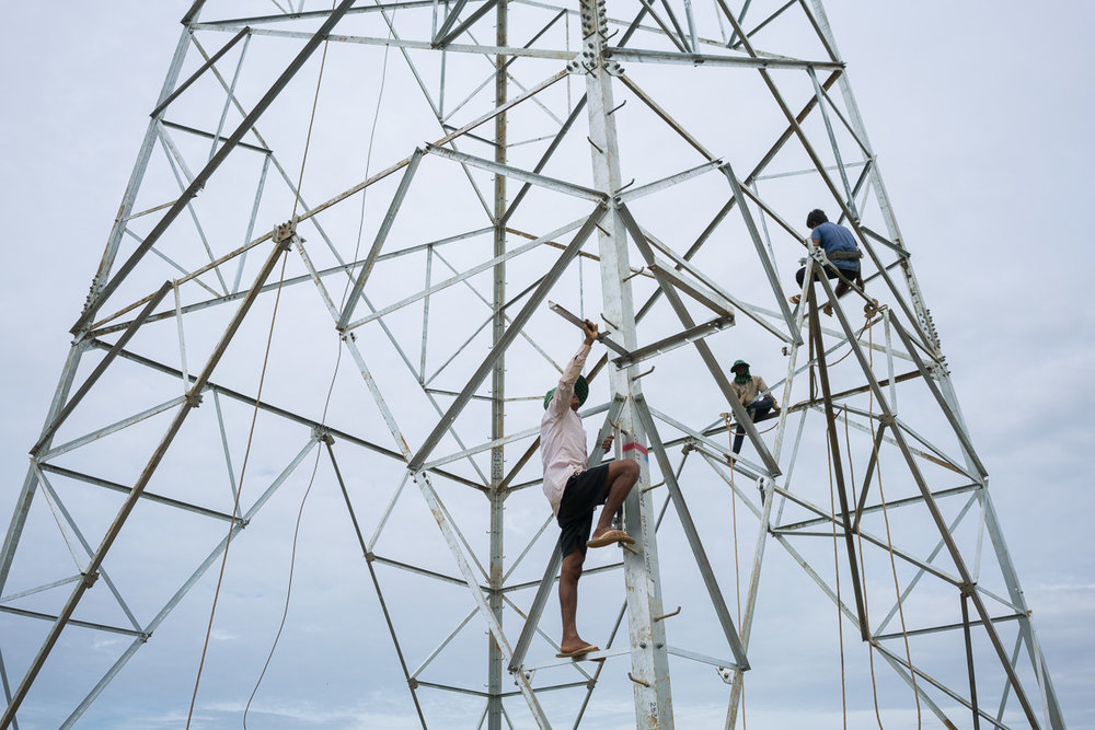 Dec 18, 2016 - Kratie, Cambodia. Workers connect lines for new electrify towers in Cambodia. Cambodia's power grid has been largely dependent on electricity imports from neighbouring countries since 1993, with the country having to import 1,691 megawatts from Vietnam, 579 megawatts from Thailand and 10.73 megawatts from Laos in 2013. © Thomas Cristofoletti / Ruom