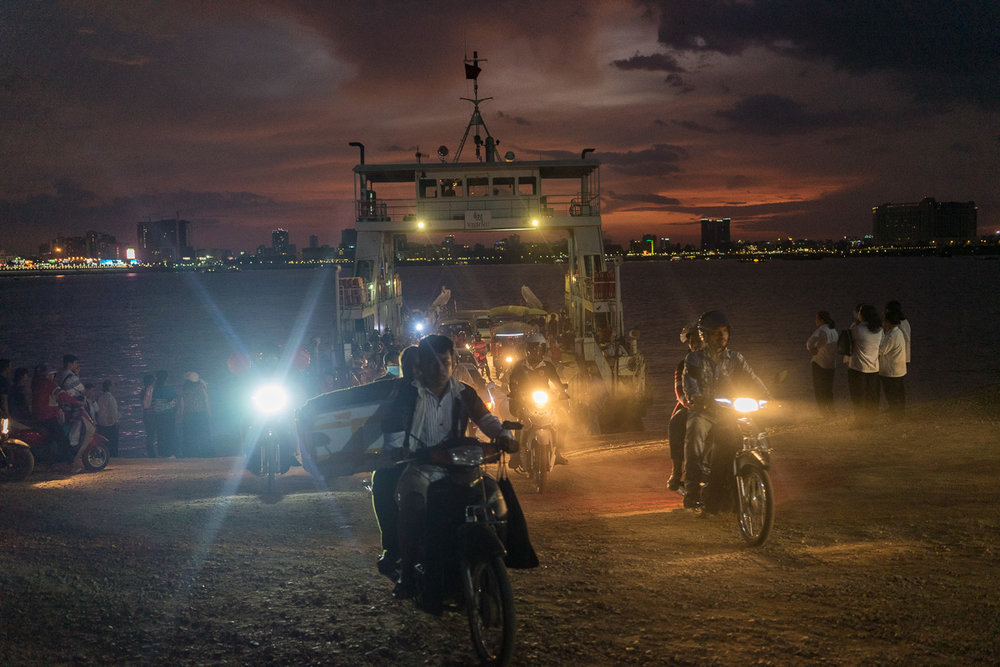 April 22, 2017 - Phnom Penh (Cambodia). Commuters desembark one of the ferry that connects central Phnom Penh with the village of Akreiy Ksatr, on the opposite side of the Mekong river. © Thomas Cristofoletti / Ruom