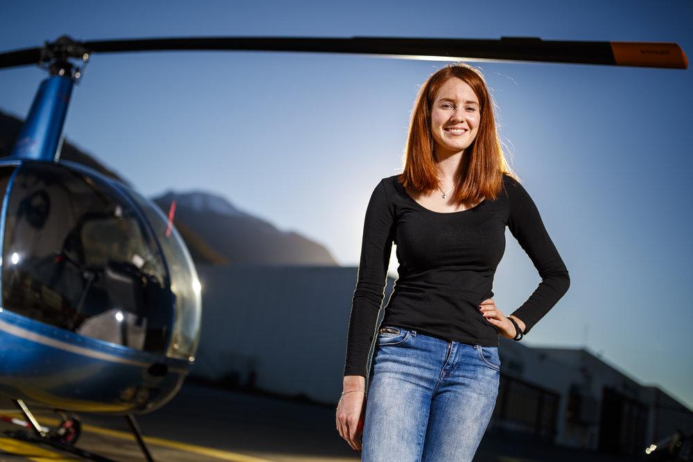 La jeune pilote d'hélicoptères professionnelle Lyne Dumoulin pose avec un Robinson R22 lors d'une séance de portraits ce lundi 12 novembre 2018 à l'aéroport de Sion. (VFPIX.COM /Valentin Flauraud)