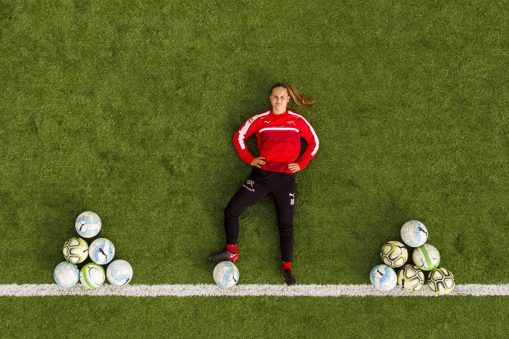 Reportage sur la jeune joueuse de football romande Emeline Von Dach ce jeudi 8 novembre 2018 à l'académie de foot féminin de l'ASF à Bienne. (VFPIX.COM /Valentin Flauraud)