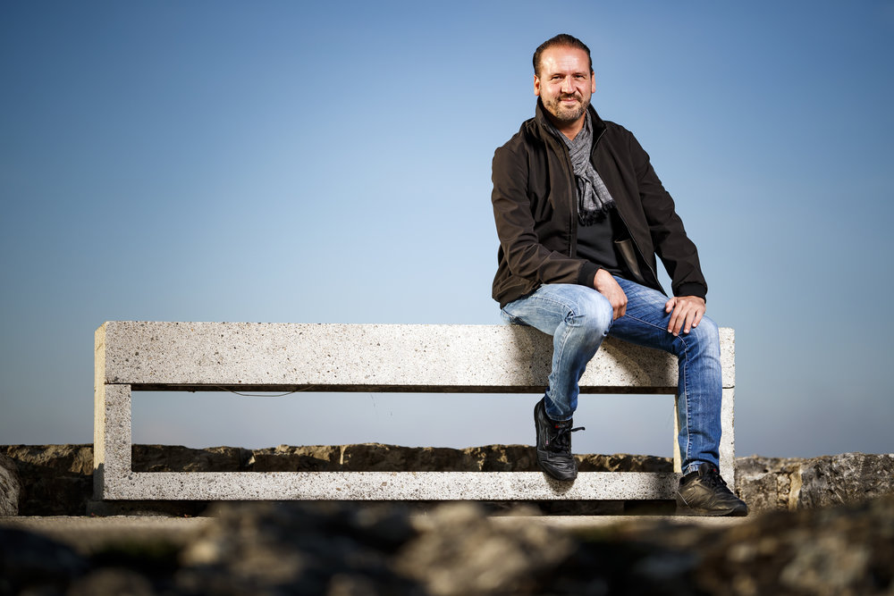 Nicolas Feuz, auteur de romans policiers et procureur de la Republique du canton de Neuchatel pose pour un portrait au bord du Lac de Neuchatel ce jeudi 27 septembre 2018 a Neuchatel. (KEYSTONE/Valentin Flauraud)