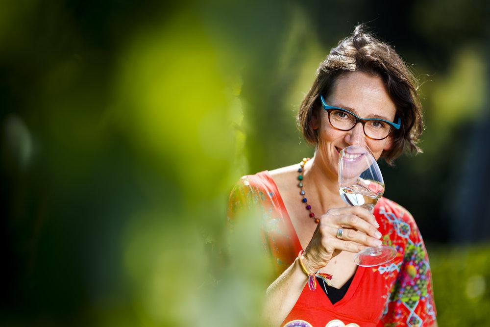 """Pascale Deneulin, Professeure d'analyse sensorielle, pose pour un portrait dans le cadre de sa participation au concours """"ma thèse en 180 secondes"""" lui permettant de présenter son travail au sujet de la minéralité des vins, ce mardi 4 septembre 2018 à Changins. (VFPIX.COM /Valentin Flauraud)"""