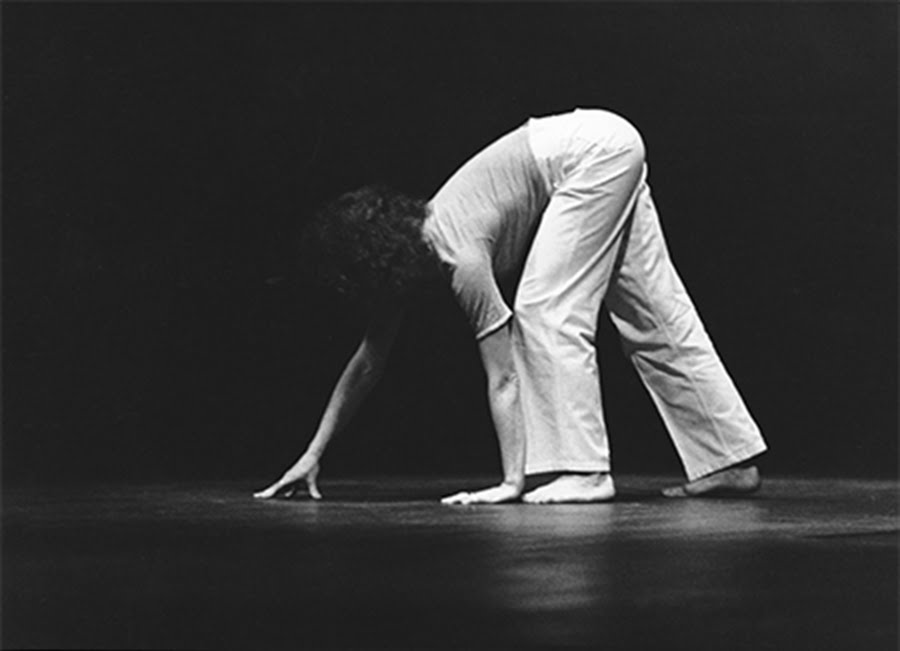 Sleepwalkers (aka Zoo Mantras), 1967, performed by Simone Forti in an unknown location, New York, 1978. Courtesy: © Babette Mangolte (all rights of reproduction reserved)